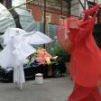 Белые и красные ходулисты на празднике в клубе Фантомас