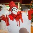 Белый мим в красной шляпе