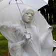 Белая дама с зонтом